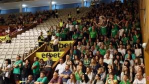 Феновете на Балкан бавят подновяването на мача