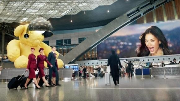 Никол Шерцингер в забавна реклама на Qatar Airlines (видео)
