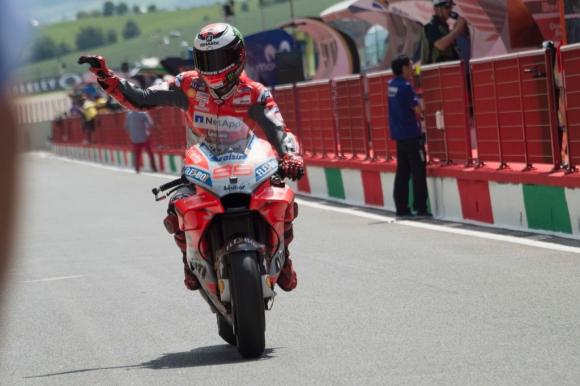 Лоренсо най-после спечели с Ducati, а Маркес се издъни (видео)