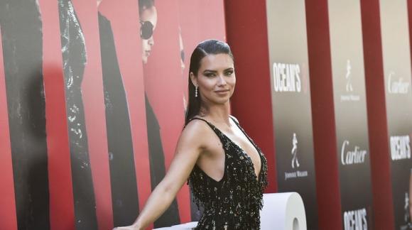 Адриана Лима с дръзко деколте и висока цепка на премиера в Ню Йорк
