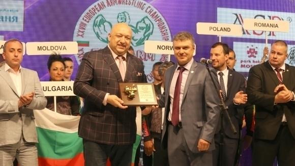 Министър Кралев връчи почетни плакети на ММС на европейските шампиони по канадска борба