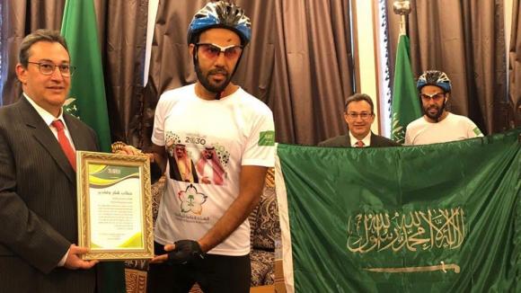 Фен на Саудитска Арабия се добра до Русия с велосипед
