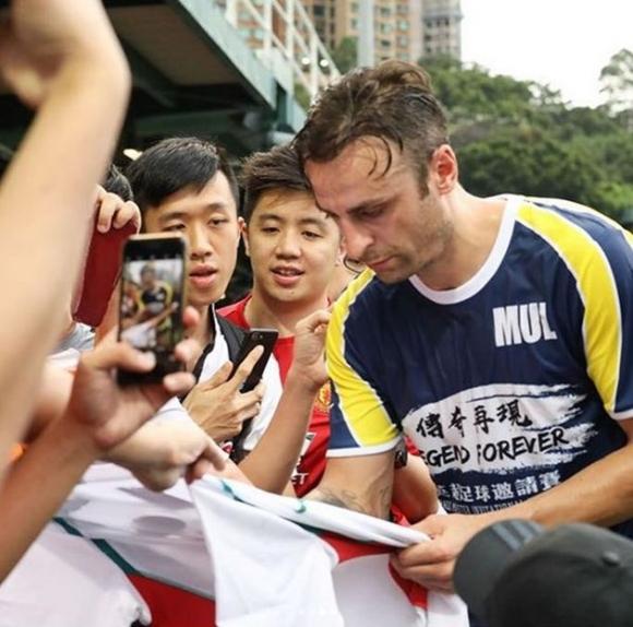 Охранители пазят Бербатов в Хонконг (снимки)