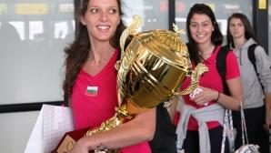 Волейболистките се завърнаха в България с титлата от Златната европейска лига (видео + галерия)