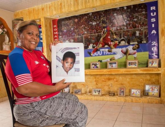 Роман Торес - момчето на мама, която направи олтар в негова чест