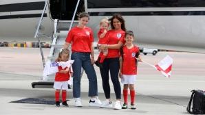 Ребека Варди и децата й пристигнаха в Русия с фланелки и знамена на Англия