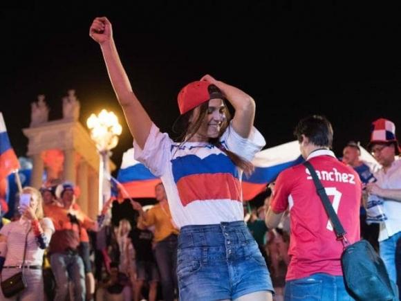 Пияна рускиня иска секс от колумбийски фен, сваля го направо от автобуса (видео)