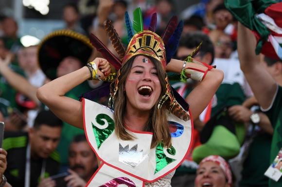 Фенове на Мексико се събраха да празнуват пред посолството на Южна Корея