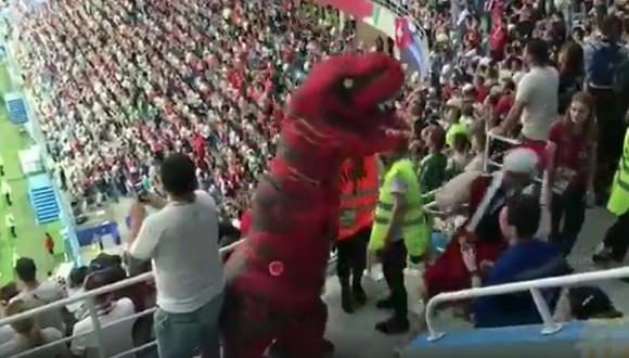 Облечен като жена фен бие динозавър в Нижний Новгород (видео)