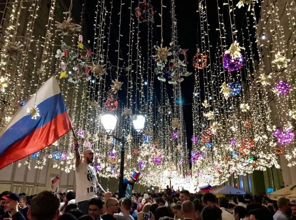 Русия празнува до ранни зори