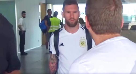 Антонела утешава Меси при завръщането му в Барселона