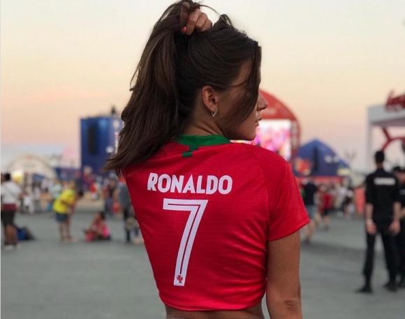 Руска фенка на Кристиано Роналдо е звезда в социалните мрежи (галерия)