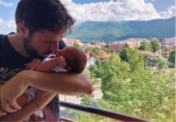 Салпаров показа бебето