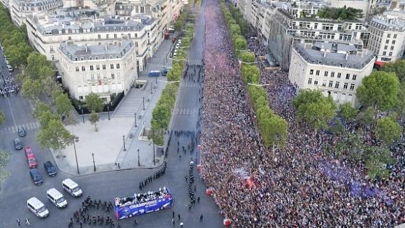 Над 500 хиляди посрещнаха световните шампиони и титлата на Шанз-Елизе
