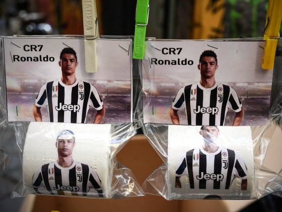В Неапол пуснаха тоалетна хартия с лика на Роналдо