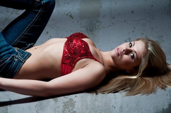 Най-секси мацката в UFC легна под ножа!