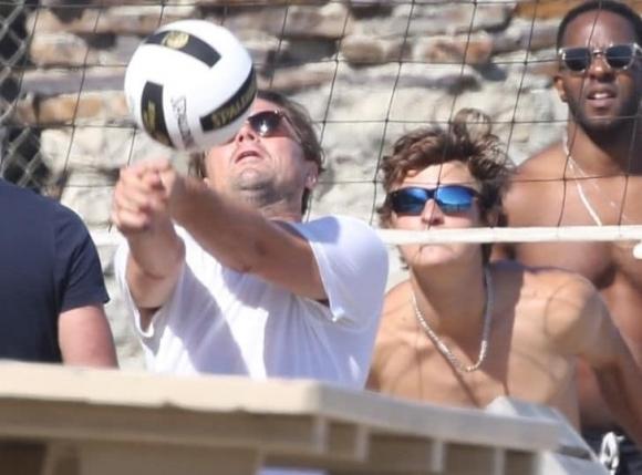 Лео Ди Каприо играят волейбол на плажа (снимки)