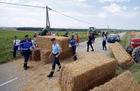 Фермери прекъснаха Тур-а с бали сено, полицай напръска колоездачи (снимки + видео)