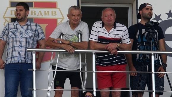 Крушарски спази обещанието си да реже до коляно