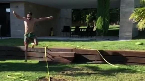 Диего Коща се спасява от кучетата си в басейна (видео)