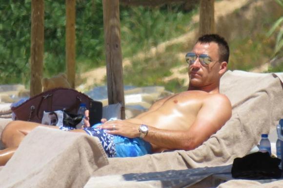 Тери обмисля бъдещето си на плажа в Португалия (снимки)