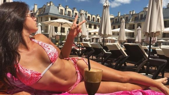 Юлия Стаматова вдига градусите по бански
