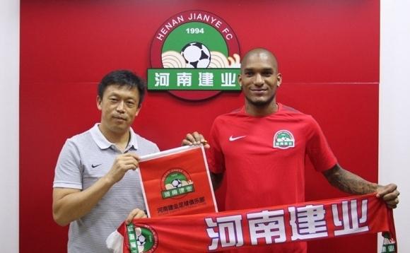 Червен картон за Каранга в третата му среща в Китай
