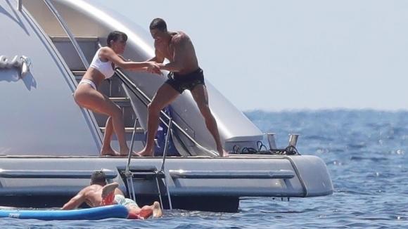 Кристиано бутна Джорджина в морето