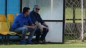 Спас Русев изгледа тренировката на Левски (видео)