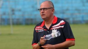 Нервите на Джамбазки не издържаха: треньорът наби съдията, полицаи го извеждат от терена