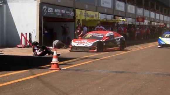 Пилот рани трима механици на автомобилно състезание в Бразилия (видео)