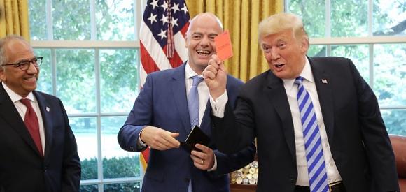 Да получиш червен картон от... Доналд Тръмп (видео)