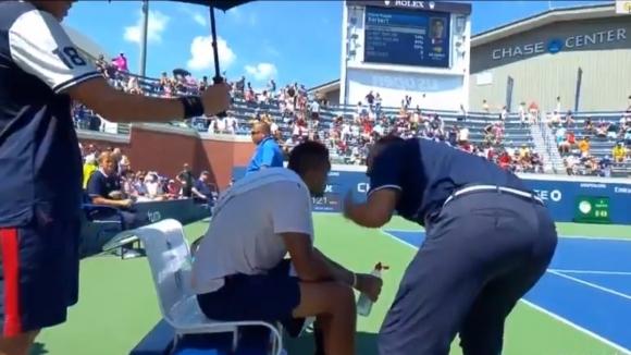 Невиждано! Съдията на стола надъхва Кирьос да не губи мач от US Open (видео)