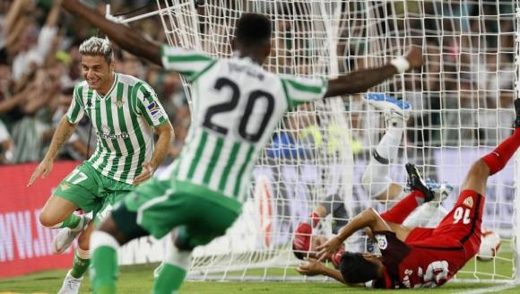 Спорен червен картон помогна на Бетис да триумфира над Севиля  (видео)