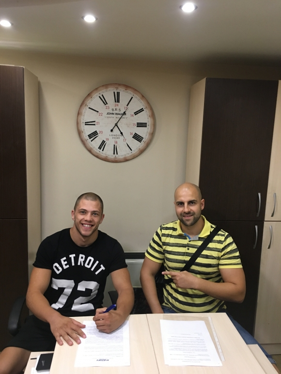 Боксьорът Здравко Попов подписа 3-годишен договор