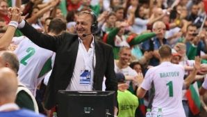 Георги Братоев застава до Сашо Йовков пред микрофона