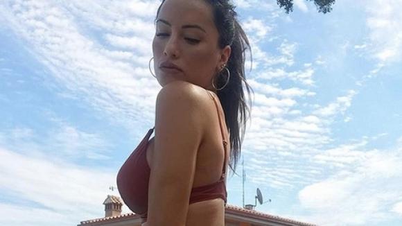 Гаджето на Гълъбинов секси край басейна