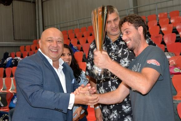 """Министър Кралев награди победителите в детски волейболен турнир, организиран от Асоциация """"Докосни дъгата"""""""