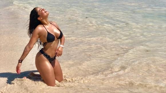 Жената на Маурдиес прави шпагати на летище (видео)