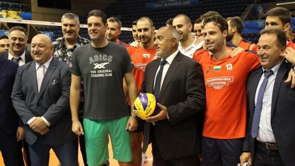 Бойко Борисов посети волейболните национали във Варна (видео)