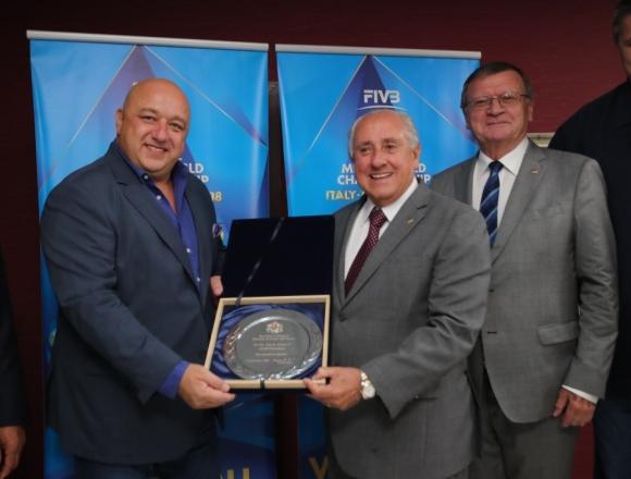 Ари Граса с почетен плакет от министъра на спорта на България Красен Кралев