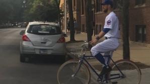 Бейзболист на Чикаго Къбс пристигна на стадиона с колело и в пълна униформа