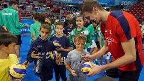 Волейболните национали зарадваха десетки деца с автографи и селфита