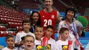 Американски национал се сприятели с български деца с увреден слух