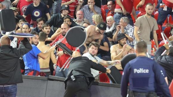 Фенове се биха на трибуните на мача Шарлероа и Апоел