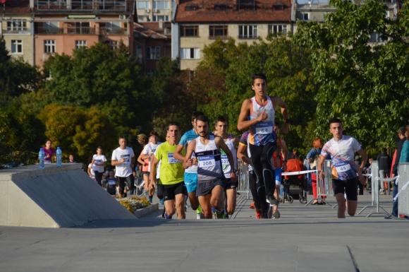 Иван Сираков и Лиляна Гоцева изкачиха най-бързо стълбите на НДК, новият спортен празник увлече хиляди в центъра на града