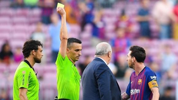 Разяреният Меси получи картон след края на мача заради искане на корнер