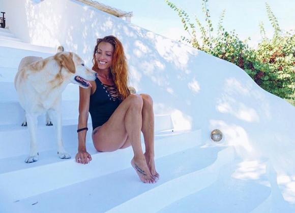 Ивет събира тен на гръцки остров