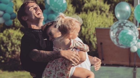 Гризман отново ще става баща, разкри пола на бебето (видео)