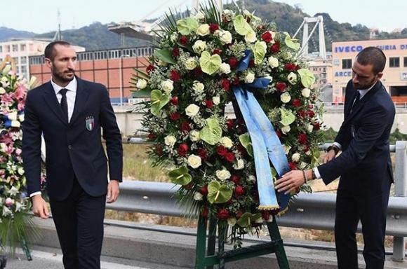 """""""Скуадра адзура"""" отдаде почит на загиналите при срутването на моста в Генуа"""